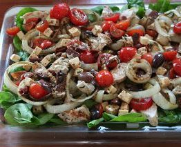 Grillet kyllling salat med feta, tomater og spinat