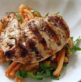 Pasta med saus av grillede grønnsaker og kylling