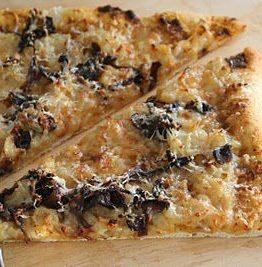Pizza med løk og selvplukkede traktkantareller