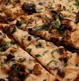 Pizza med aubergin og oliven