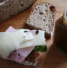 Jule lunsj - hjemmelagd brød med spicy fiken marmelade, røkt skinke og emmentaler