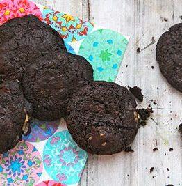 Bekmørke sjokoladecookies med kirsebær og nøtter