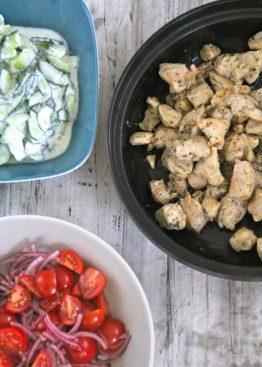 Kylling med tzatziki og tomatsalat med løk