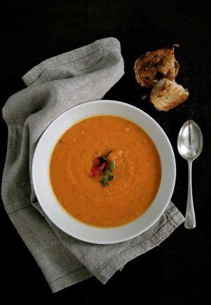 Suppe av grillede grønnsaker