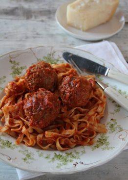 Saftige kjøttboller i klassisk tomatsaus