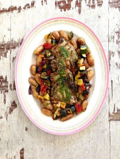 Grillede koteletter med urtemarinade og tilbehør