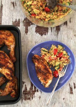 Spicy grillet kylling og couscous salat med friske grønnsaker