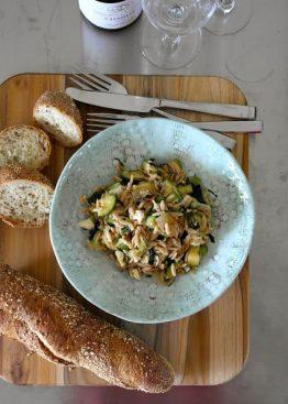 Grønn squash salat med orzo og agurk