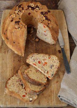 Brød med bacon, løk, paprika og hasselnøtter