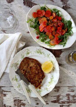Schnitzel og regnbue gulrotsalat