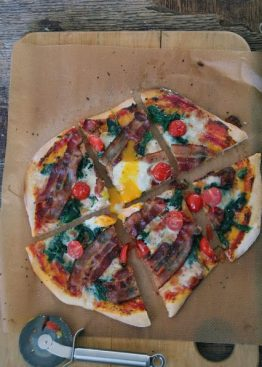 Pizza med bacon, spinat og egg