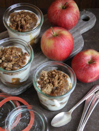 yoghurt & eplesmør med smuldretopping