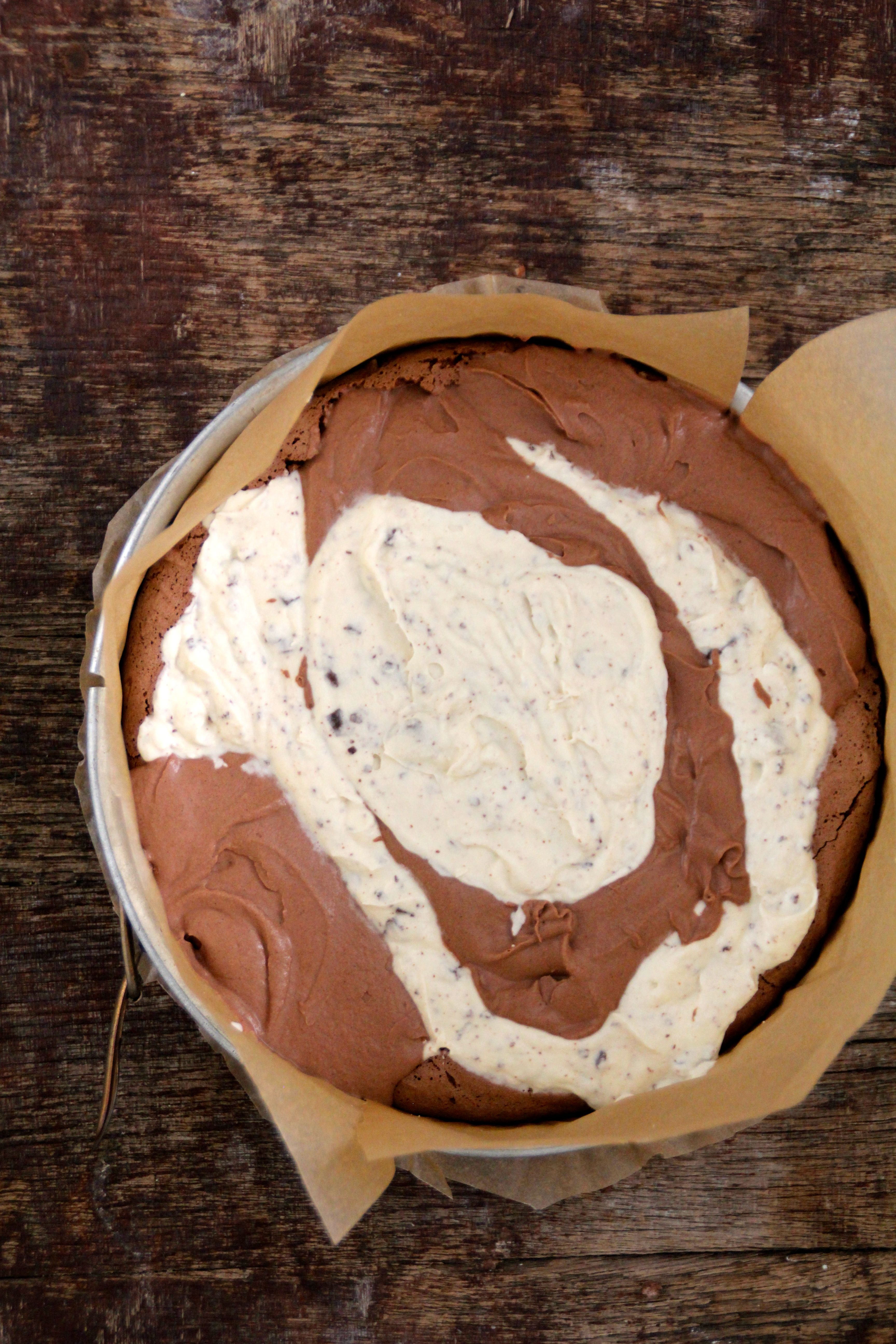 iskake med marengs og sjokolade