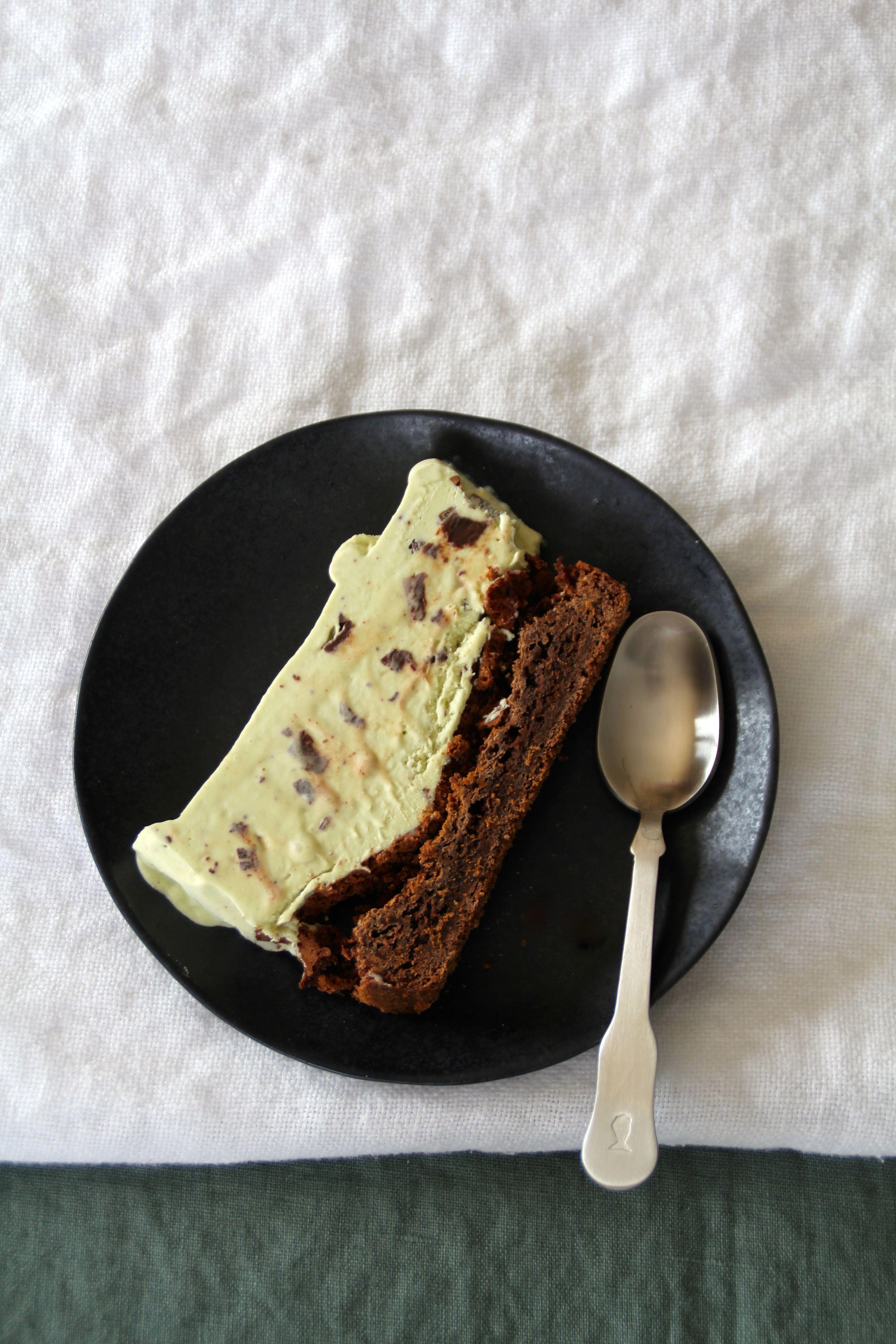Mynte-iskake med browniebunn