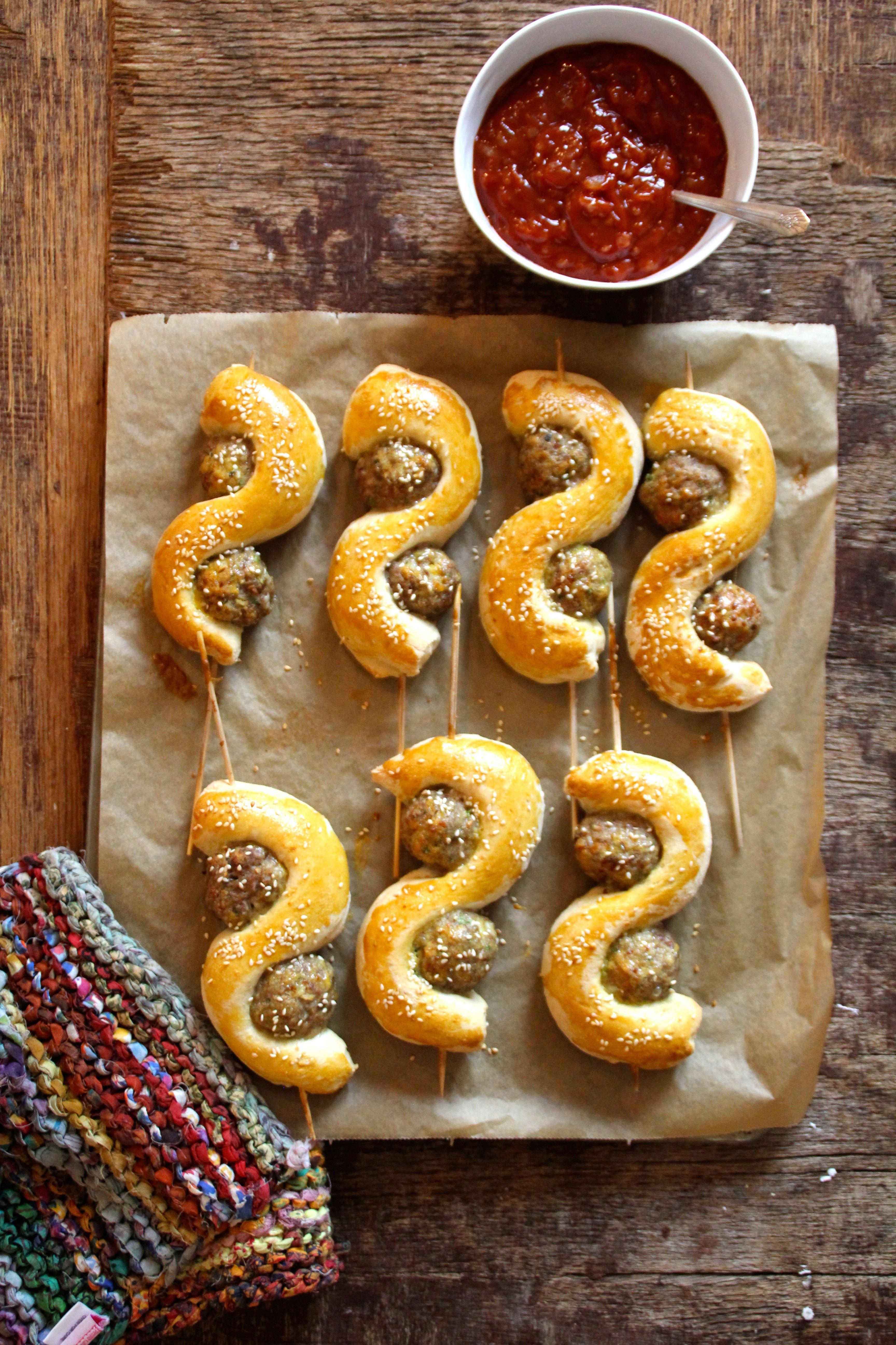 Kjøttboller og brød på pinne