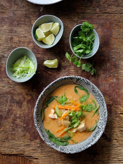 Thai-inspirert kyllingsuppe med nudler