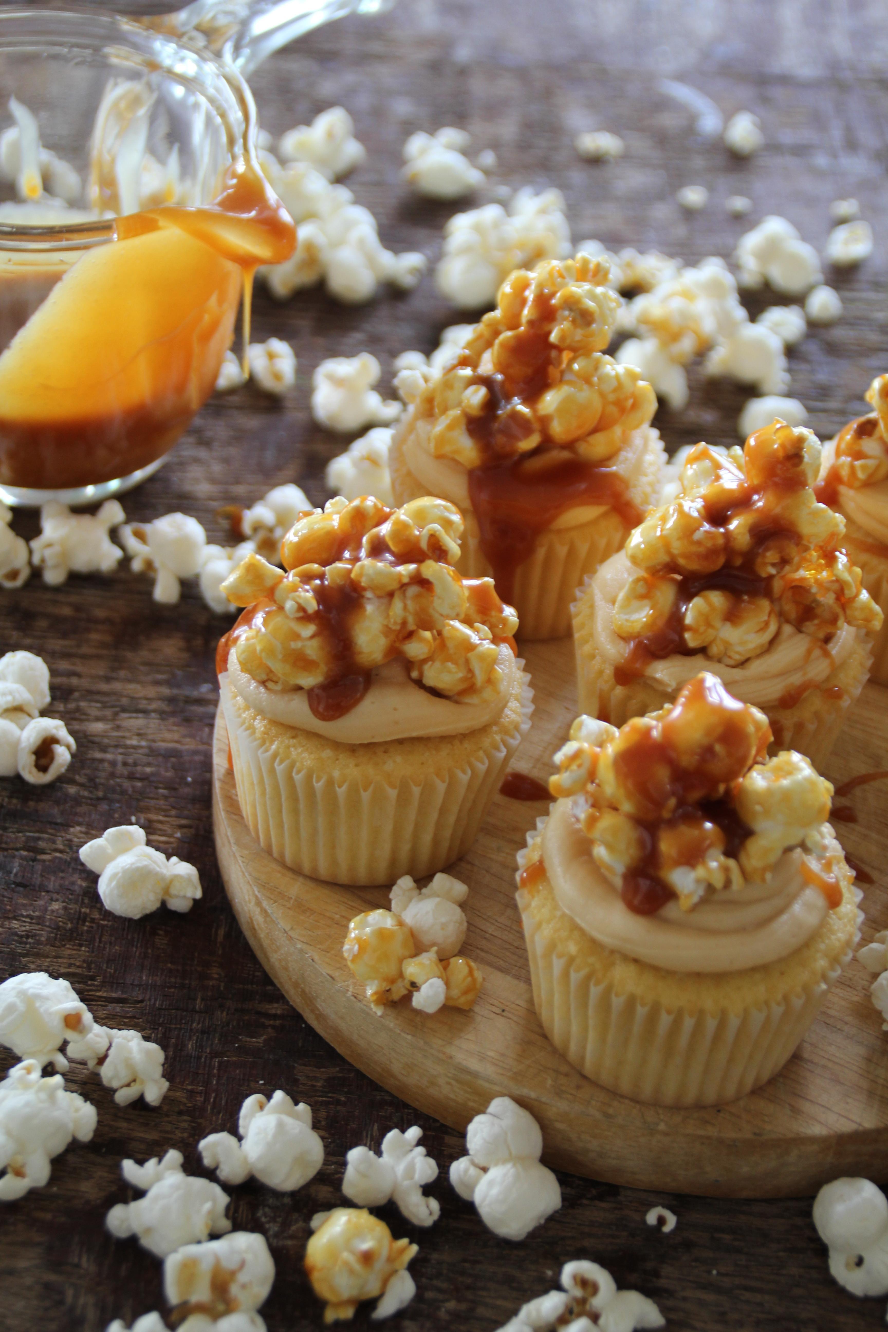 Vanilje cupcakes med karamelisert popcorn og salt karamell