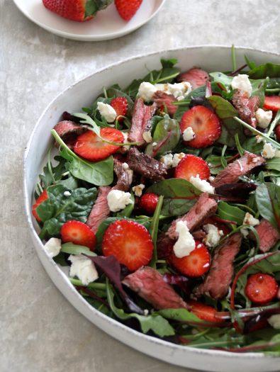 salat med chevre, biff og jordbær