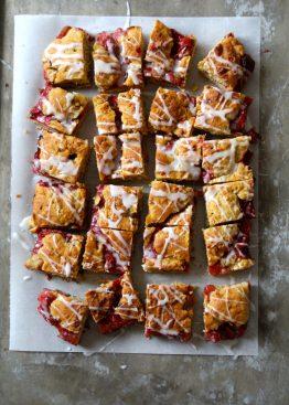 Enkel jordbær- og rabarbrakake