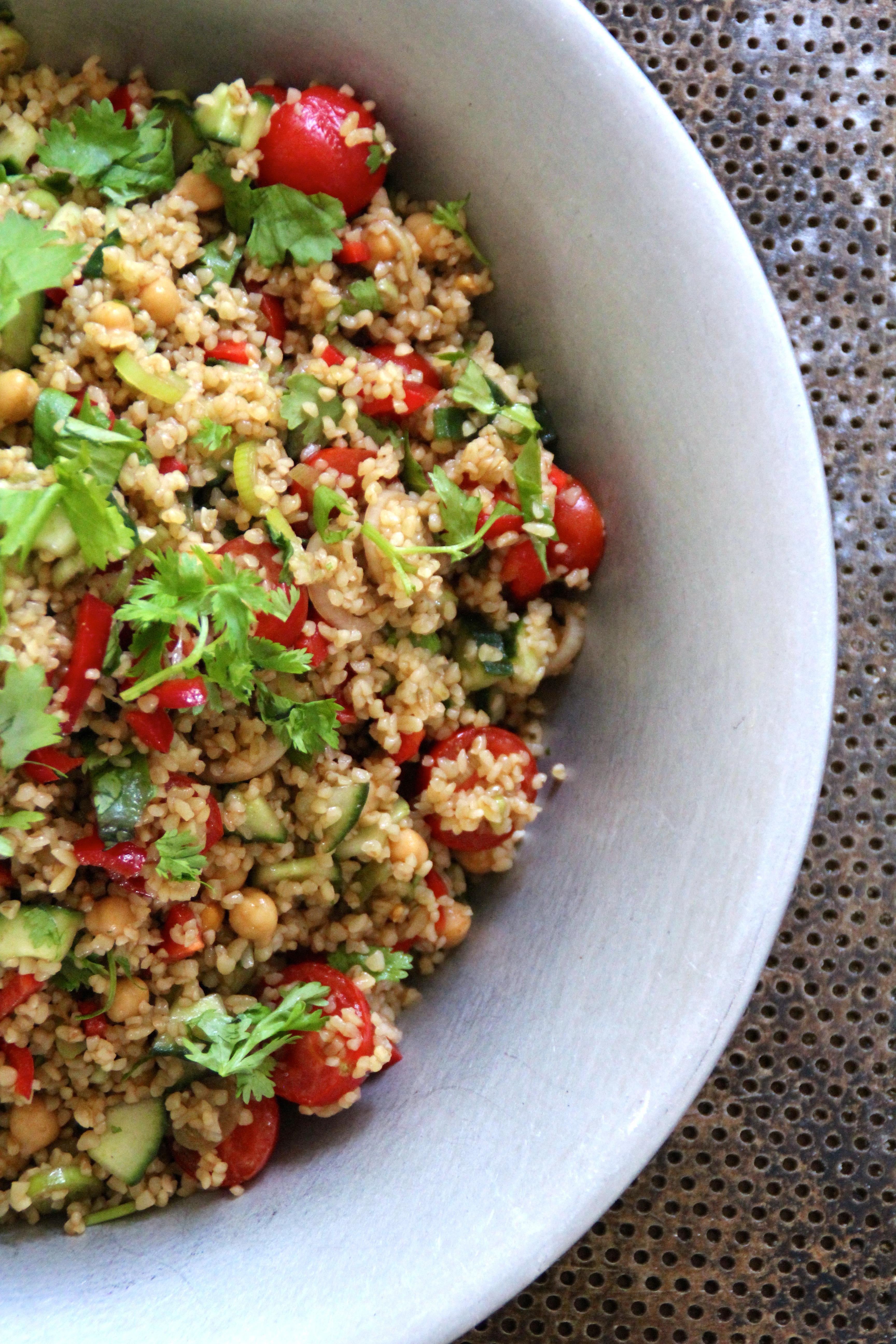 Salat med bulgur, grønnsaker og spisskumin dressing