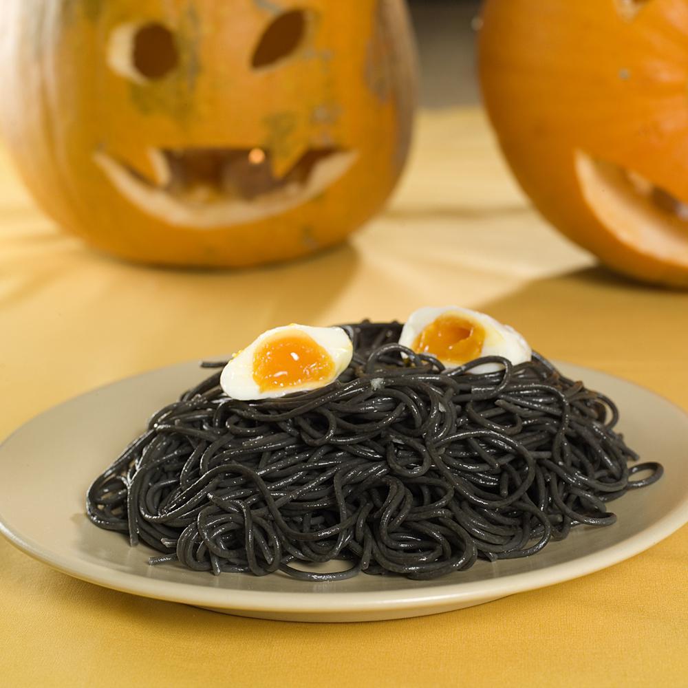 svart-spagetti-med-egg-2 - halloween oppskrifter