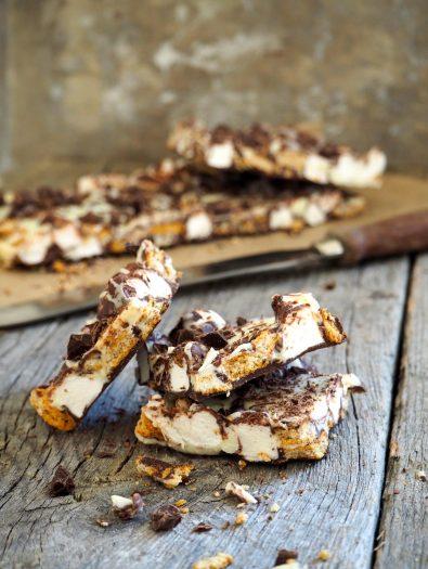 Sjokoladeknekk med kjeks og marshmallowsog marshmallows