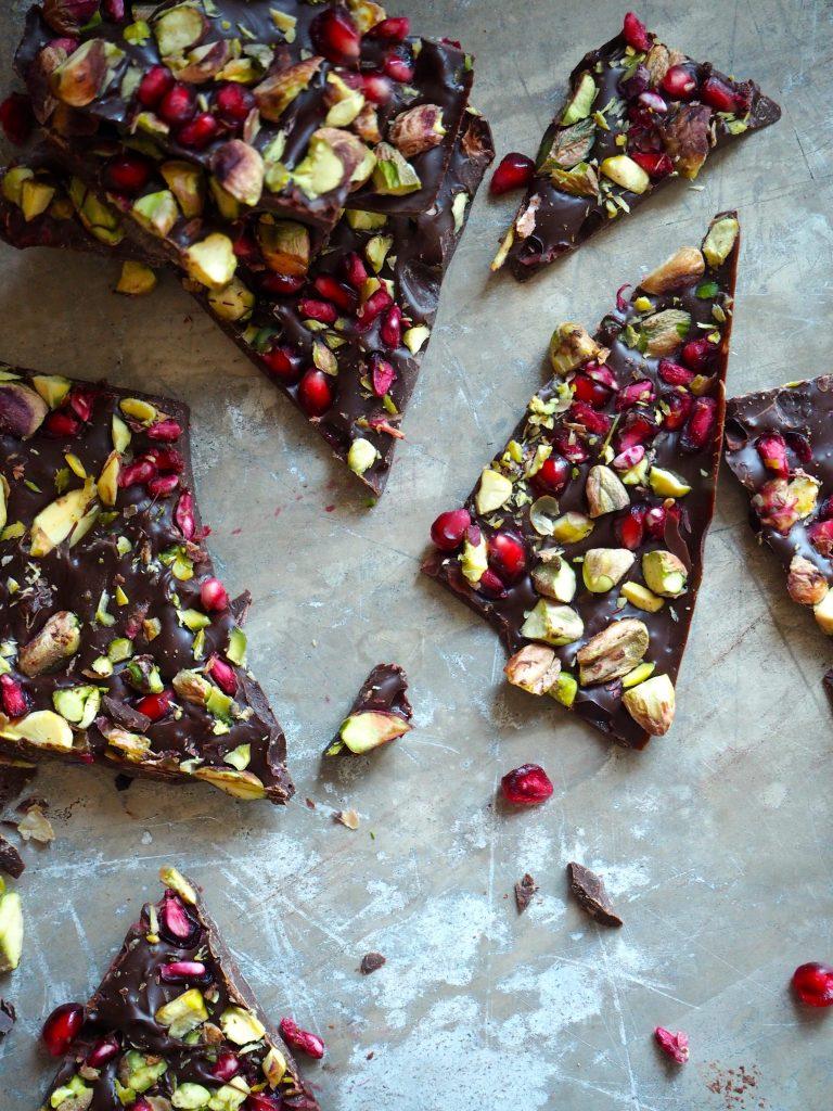 Sjokoladeknekk med granateple og pistasjnøtter