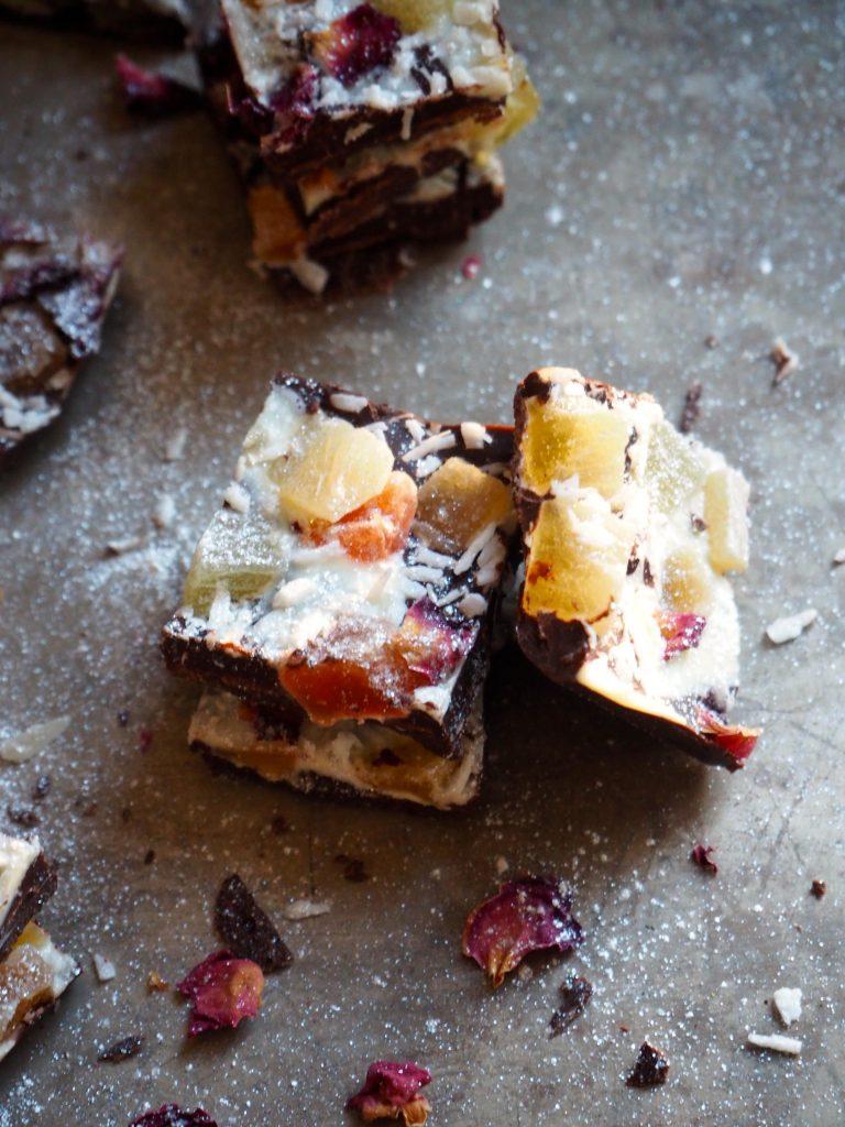 Sjokoladeknekk med eksotisk frukt, kokos og roseblader