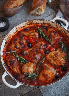Kylling i tomatsaus med paprika og oliven