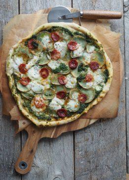 Pizza med spinatpesto, poteter og chorizo