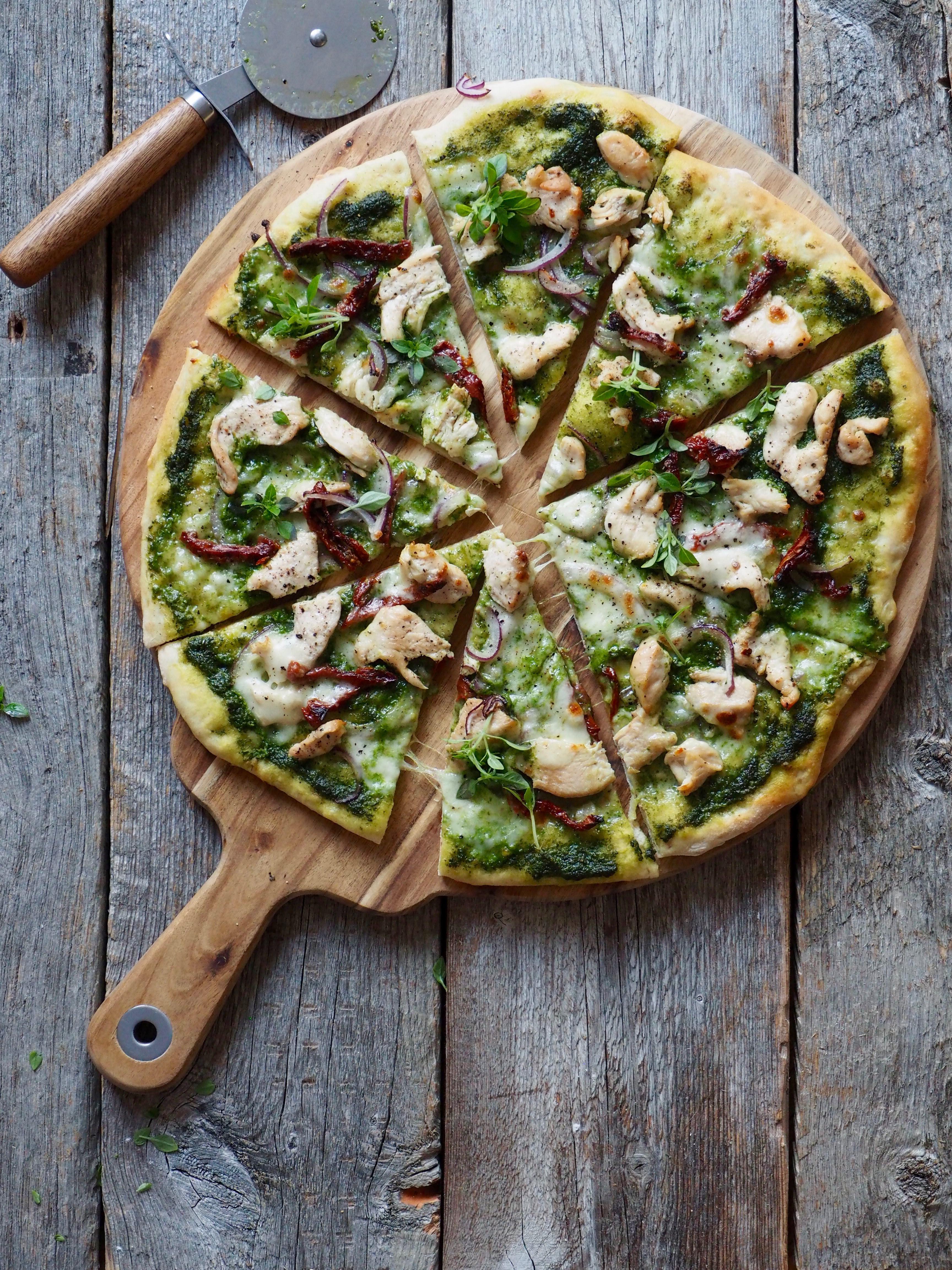 Pizza med kylling, soltørkede tomater og spinatpesto
