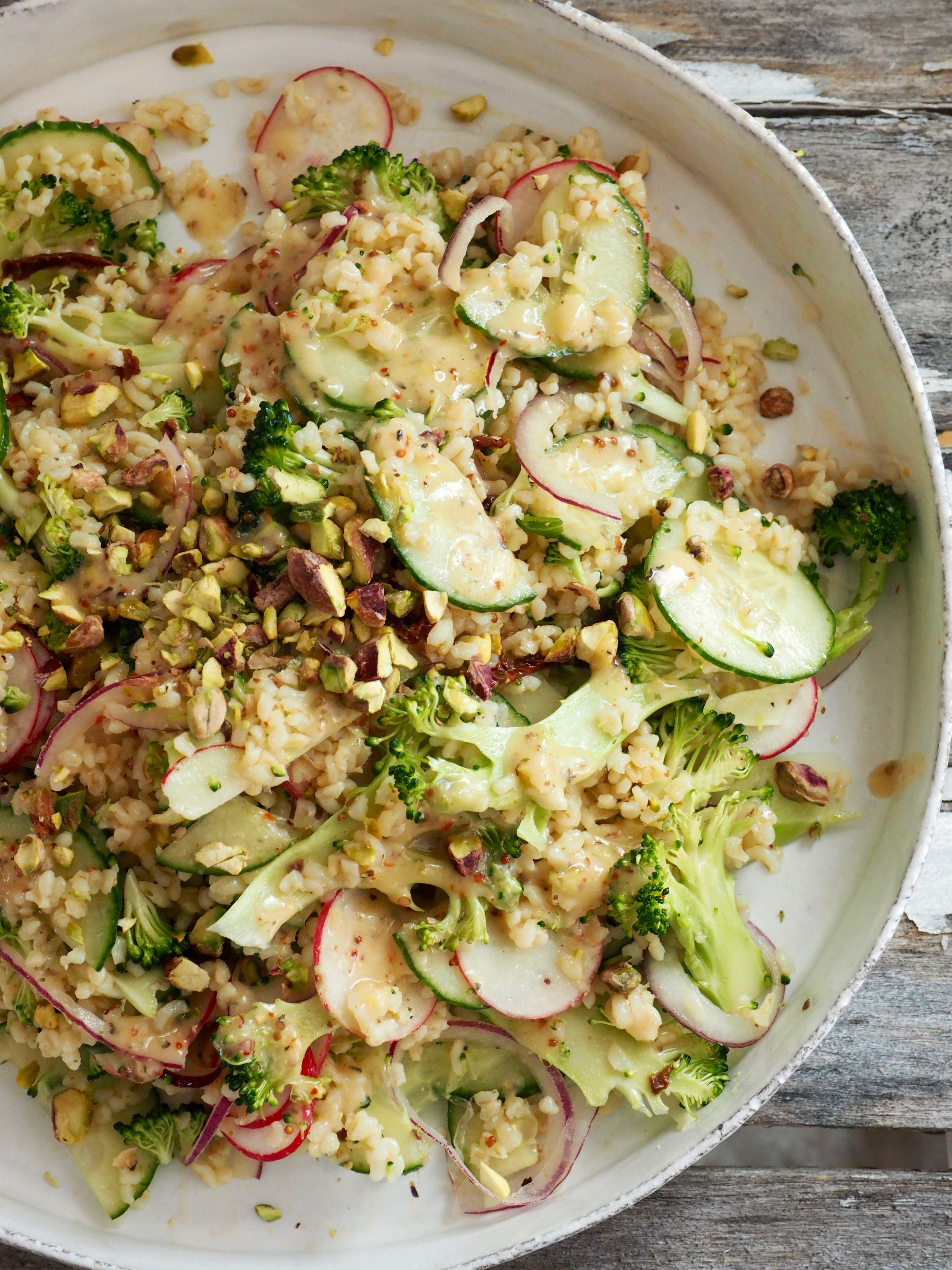 Bulgursalat med brokkoli, agurk og rødløk