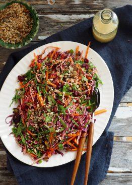 Kålsalat med frø og bær