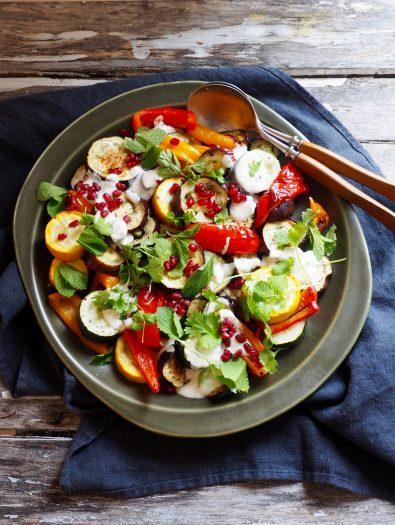 Grillet aubergine salat med yoghurtdressing