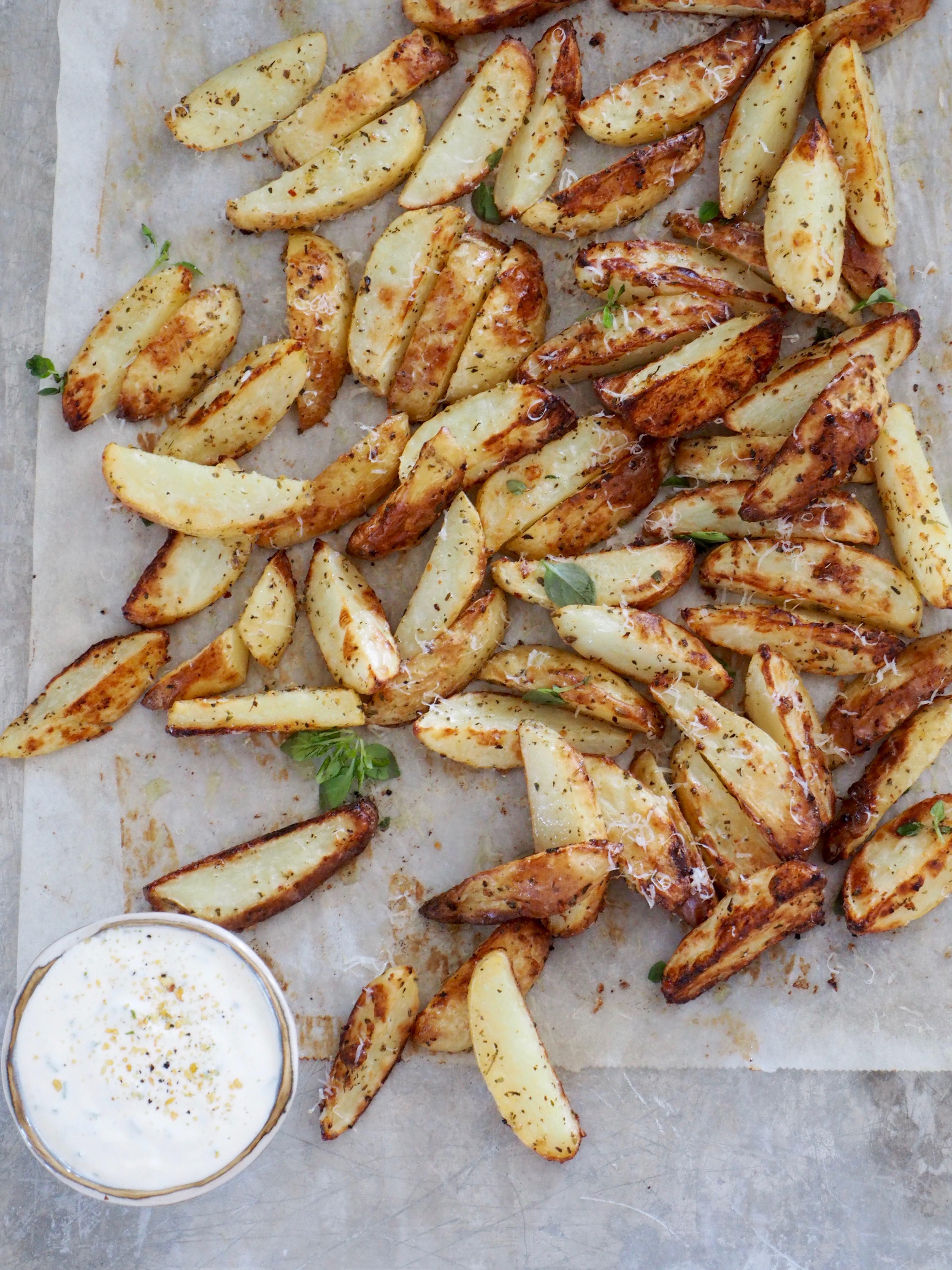 Ovnsbakte poteter med urter, hvitløk og parmesan