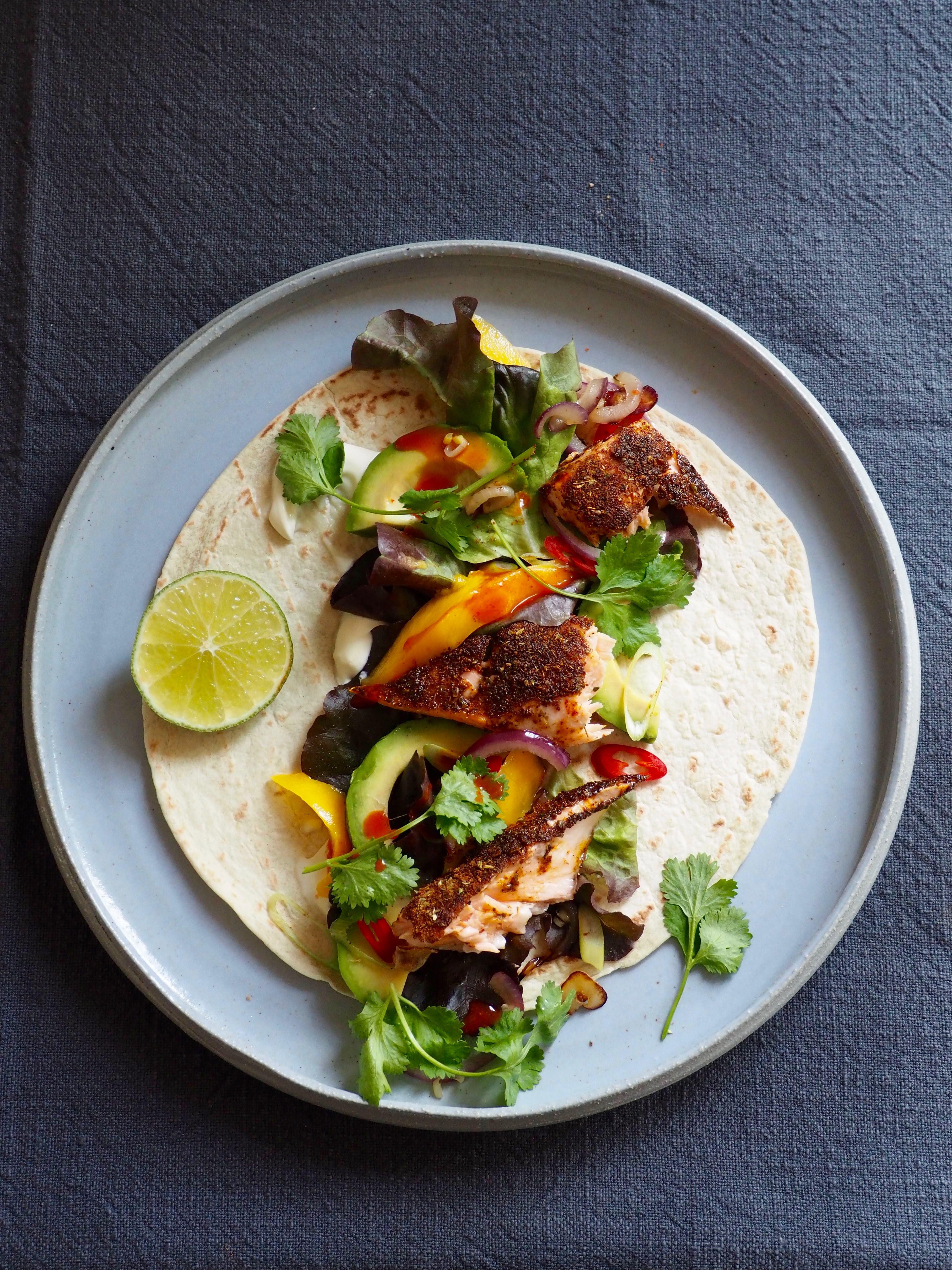 Taco med spicy laks, avokado og mango
