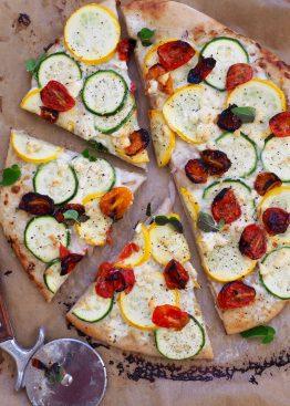 Pizza med squash, feta og grillede tomater