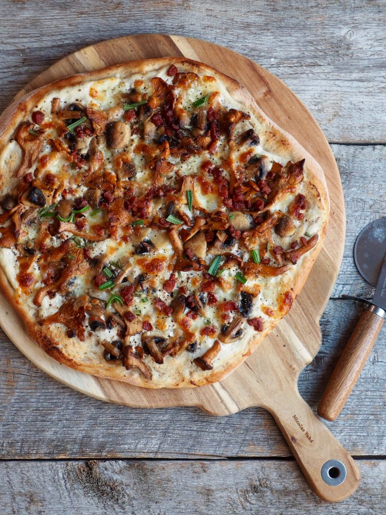 Pizza med kantareller og bacon