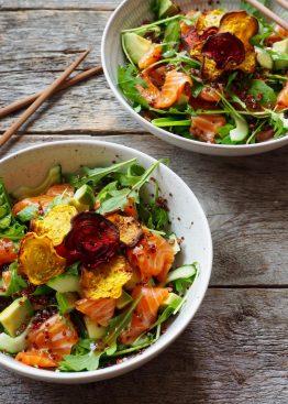 Sashimisalat med laks, quinoa og betechips