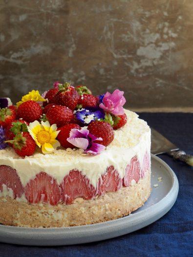 Hvit sjokoladeiskake med jordbær og nøttebunn