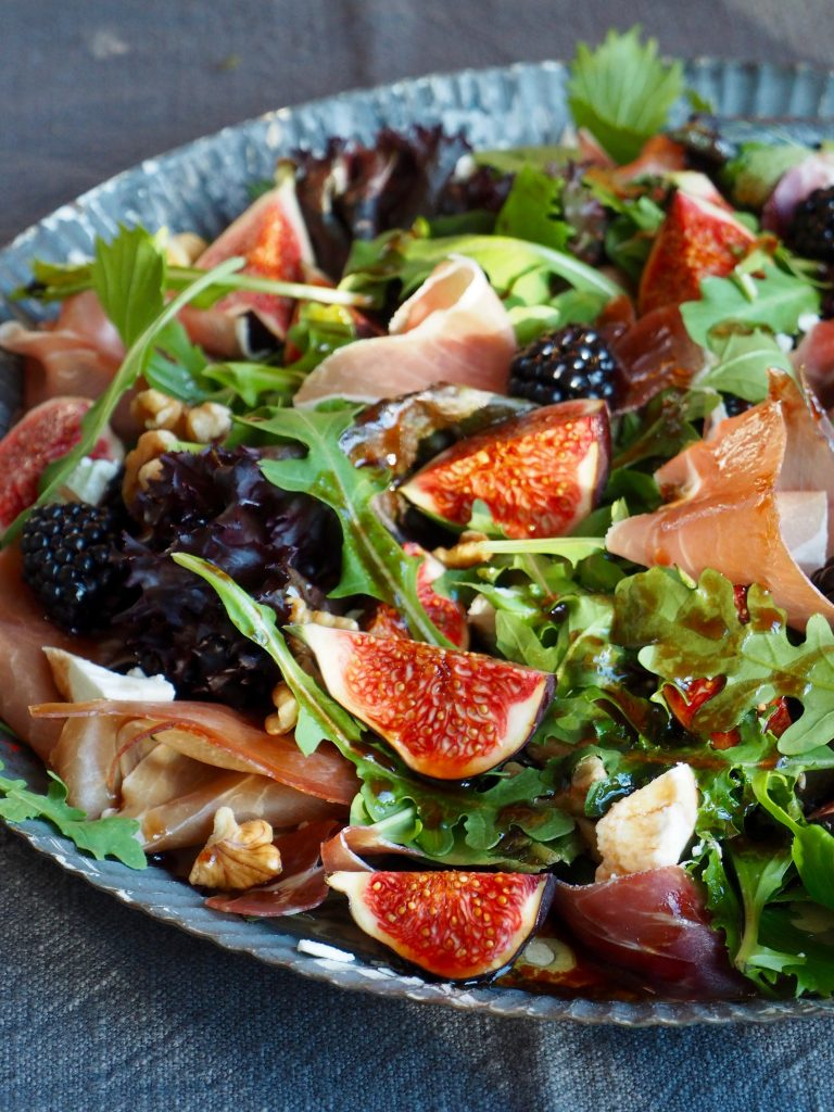 Salat med fiken, spekeskinke og chevre