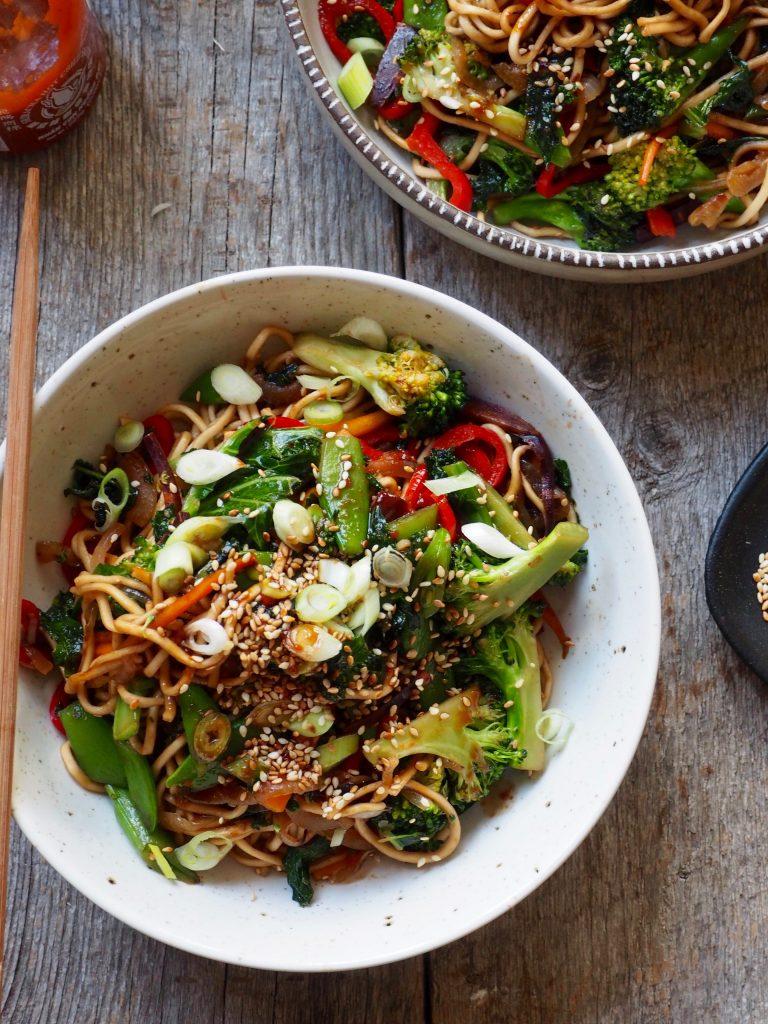 Nudler, grønnsaker og en spicy dressing