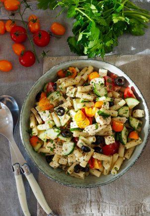 Pastasalat med kylling, feta og oliven