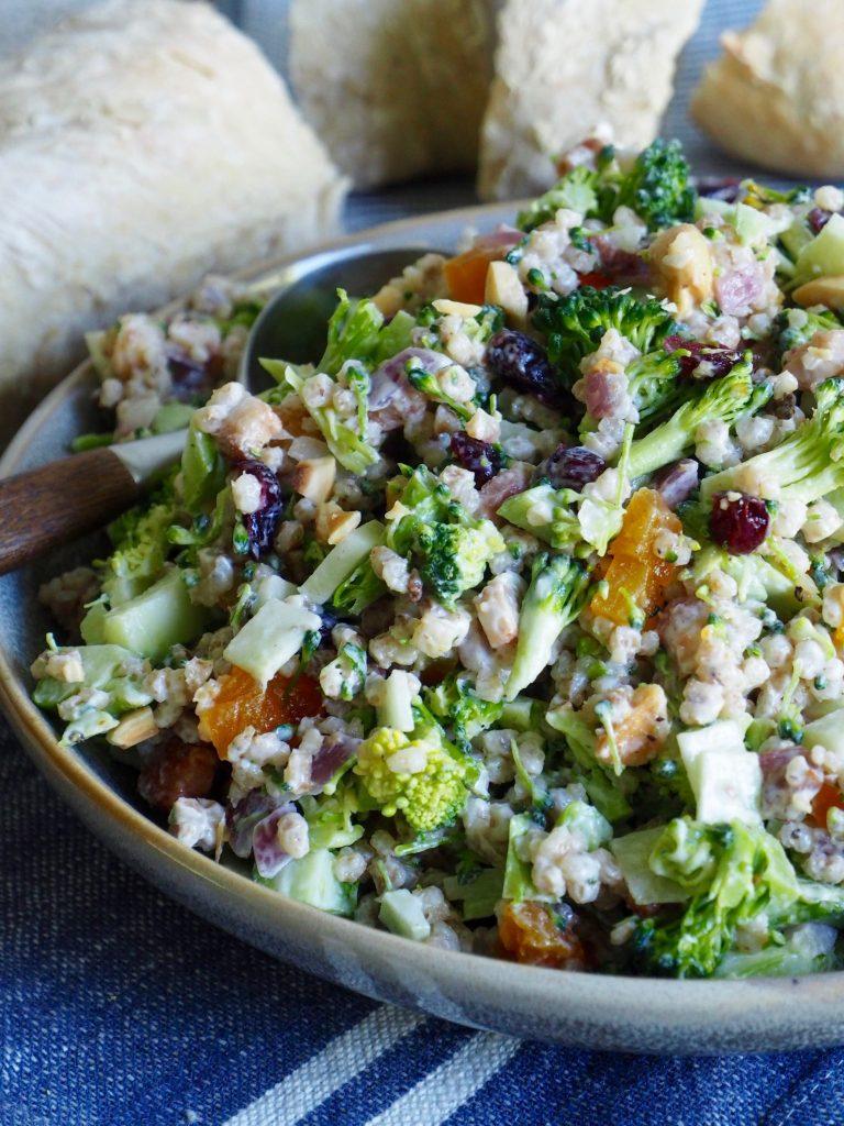Brokkolisalat med bacon og byggryn