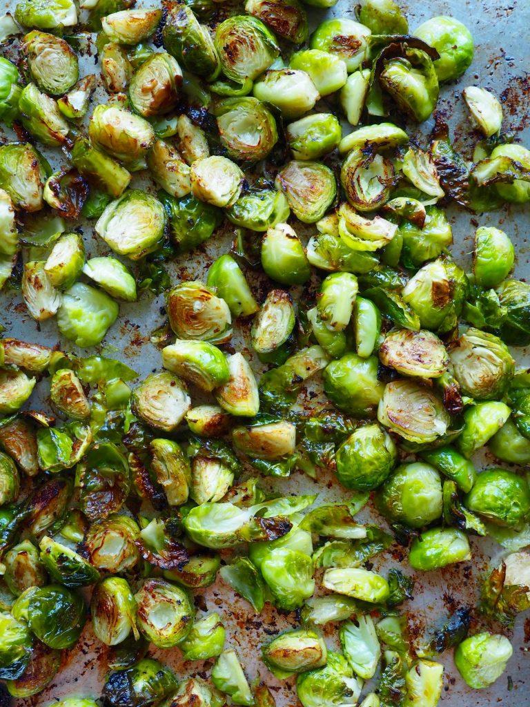 Grønn salat med ovnsbakt rosenkål