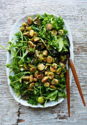Grønn salat med ristet rosenkål