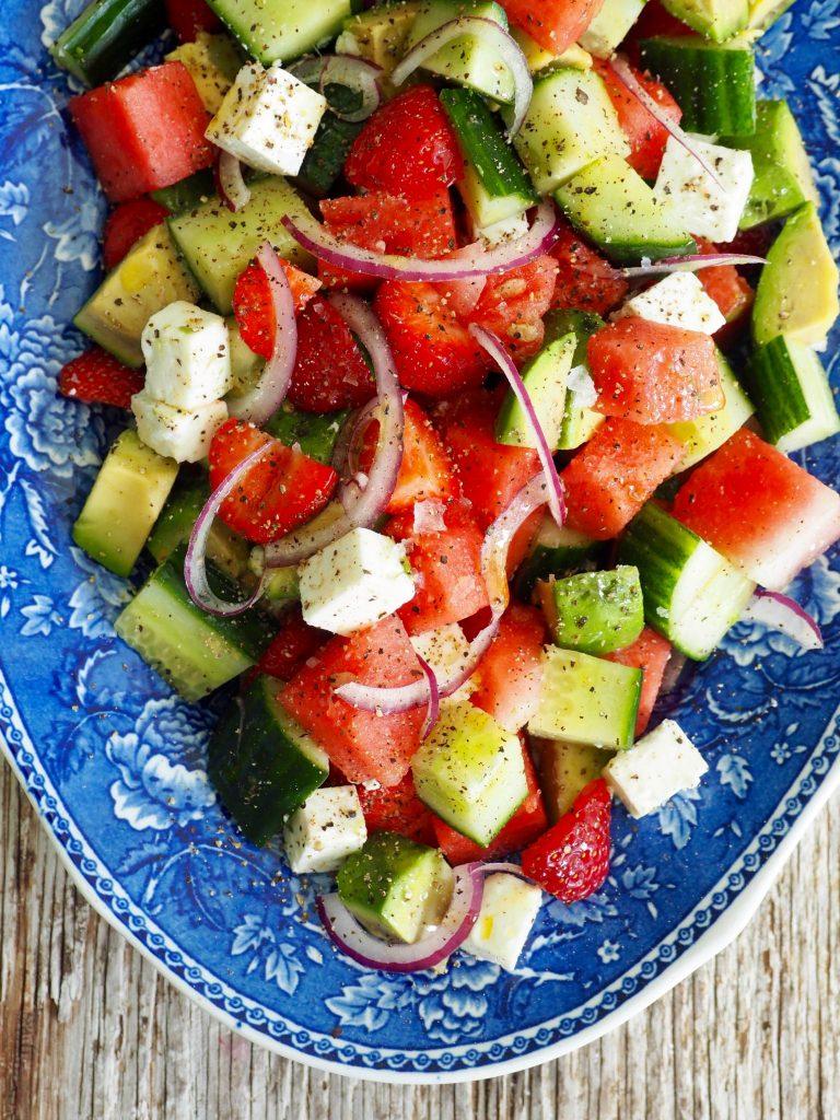 Salat Med Agurk Vannmelon Feta Og Avokado Mat På Bordet