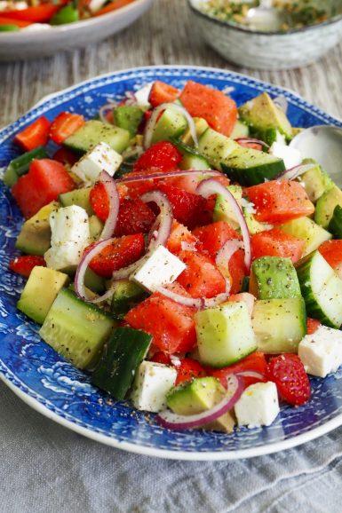 Salat med agurk, vannmelon, feta og avokado