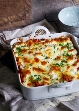 Gratinert pasta med italiensk pølse og grillet paprika
