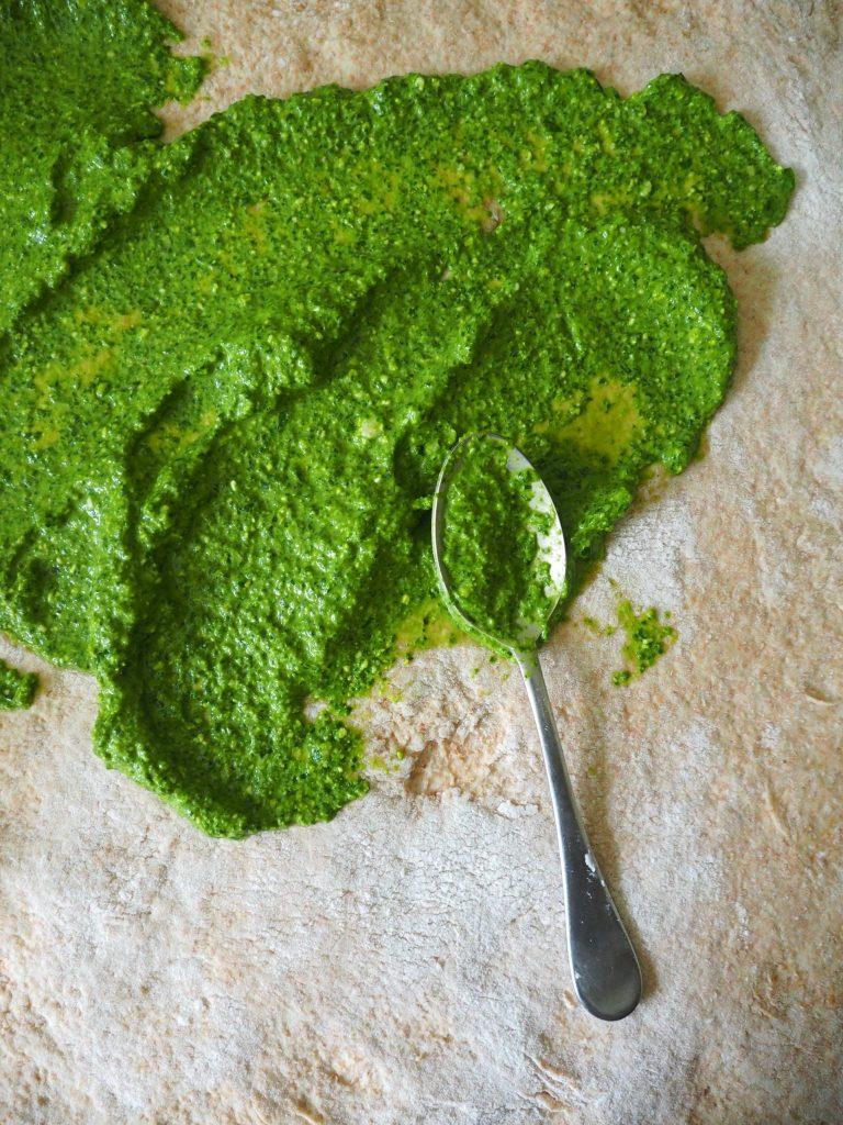Grove pestosnurrer med fetaost og oliven